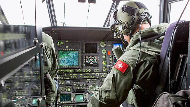 Militärpilot auf dem Flug zur Unfallstelle.