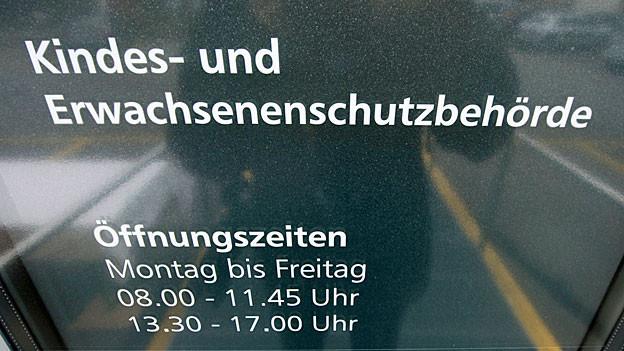 «Kindes- und Erwachsenenschutzbehörde» steht an der gläsernen Eingangstüre der KESB Obwalden.