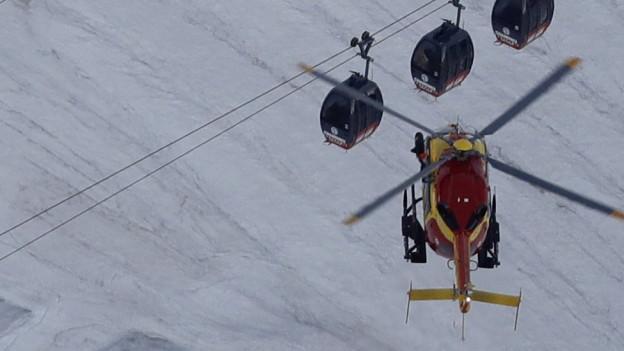 Eine Rettungshelikopter im Anflug auf steckengebliebene Gondeln.