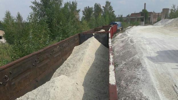 50 Güterwaggons werden mit Quarzsand beladen