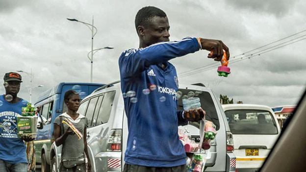Das Problem in Accra sind weniger die Autos, sondern viel mehr die giftigen Abgase, die unter anderem von den zahlreichen Strassenverkäuferinnen und Strassenverkäufern eingeatmet werden.