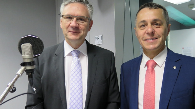 SVP-Nationalrat Andreas Glarner (links) und FDP-Fraktionschef Ignazio Cassis im Radiostudio Bern.
