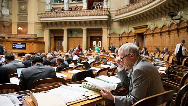 Blick in den Nationalratssaal. Im Vordergrund sitzt FDP-Nationalrat Kurt Fluri.