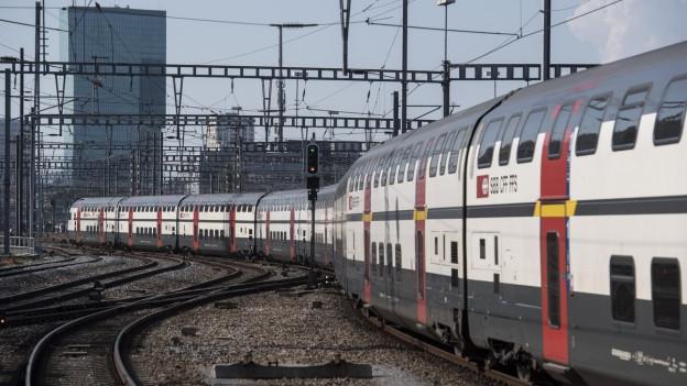 Doppelstock-Zug der SBB beim Verlassen eines Bahnhofs Zürich HB.