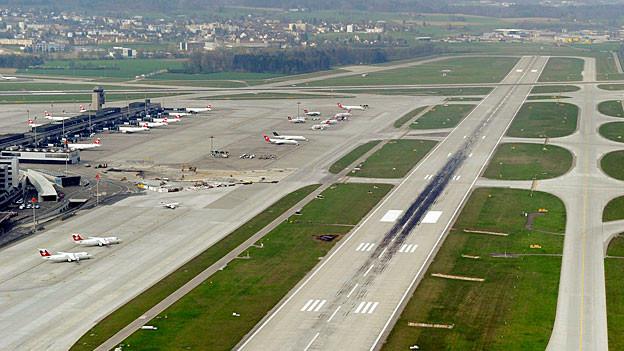 Blick auf Pisten des Flughafens Zürich-Kloten.