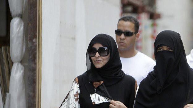 Zwei verhüllte Frauen spazieren durch Genf.
