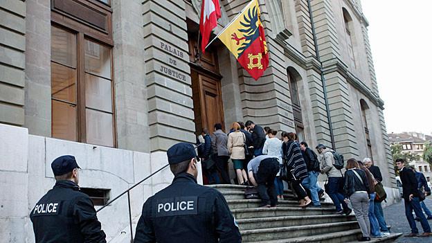 Prozessbesucher vor dem Eingang zum «Palais de Justice» in Genf.