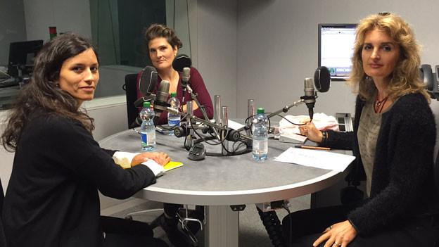 Rebecca Angelini (links) von der Fachstelle Frauenhandel und Frauenmigration und Carmela Bühler von der Abteilung Menschliche Sicherheit im EDA (Mitte) im Gespräch mit Ivana Pribakovic.