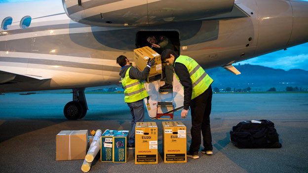 Helfer beladen das Bundesratsflugzeug mit Hilfsgüter für Haiti. Haiti steht nach dem Wirbelsturm Matthew vom 4. Oktober 2016 vor einer weiteren humanitären Katastrophe.