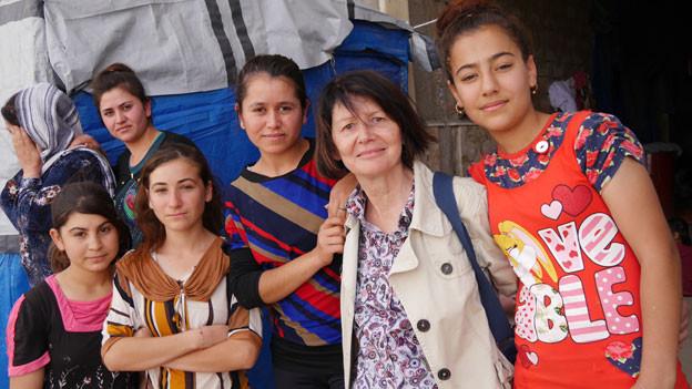 Inga Rogg mit jesidischen Flüchtlingen nördlich von Mossul.