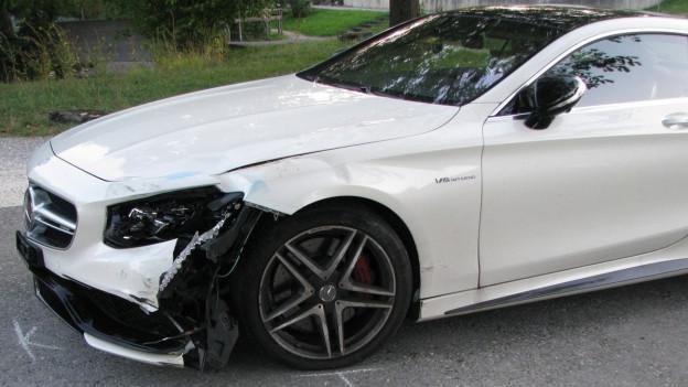 Philipp Müllers Auto nach dem Unfall in Lenzburg, die linke Seite ist stark eingedrückt (10. September 2015).