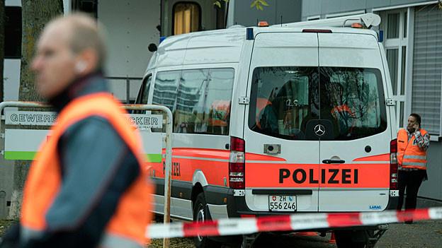 Ein auto und Absperrbänder der Polizei vor der An'Nur Moschee in Winterthur.