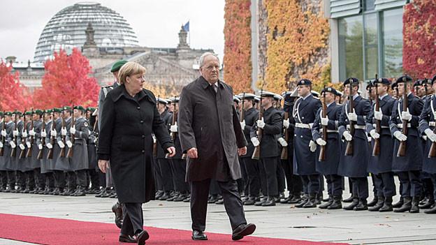 Die deutsche Bundeskanzlerin und der schweizerische Bundespräsident auf dem roten Teppich in Berlin.