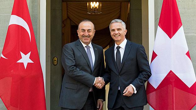 Händedruck zwischen dem türkischen und dem schweizerischen Aussenminister.