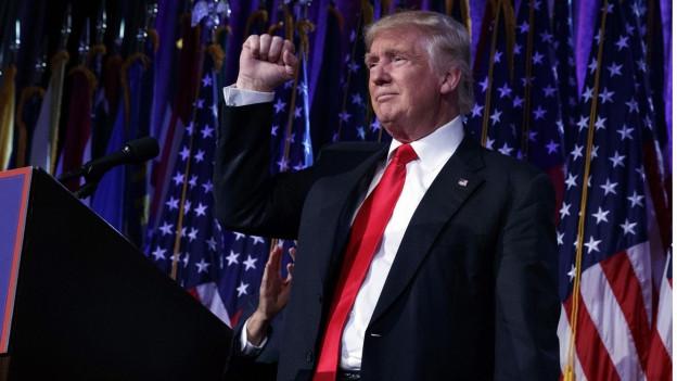 Donald Trump hebt die Faust als Siegeszeichen
