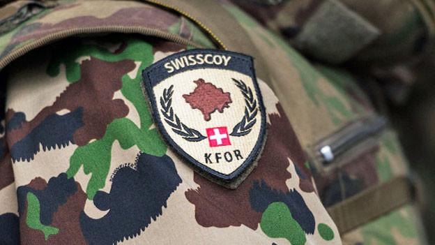 Das Abzeichen der Swisscoy auf einer Uniform, während der Ausbildung zu Swisscoy-Soldaten.