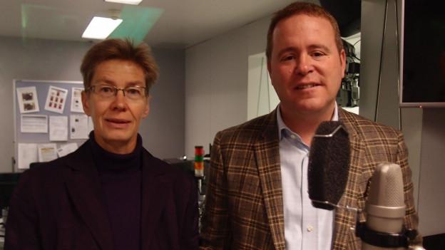 Das Bild zeigt Europarechtsexpertin Astrid Epiney und Dominik Feusi, Bundeshausredaktor der Basler Zeitung.