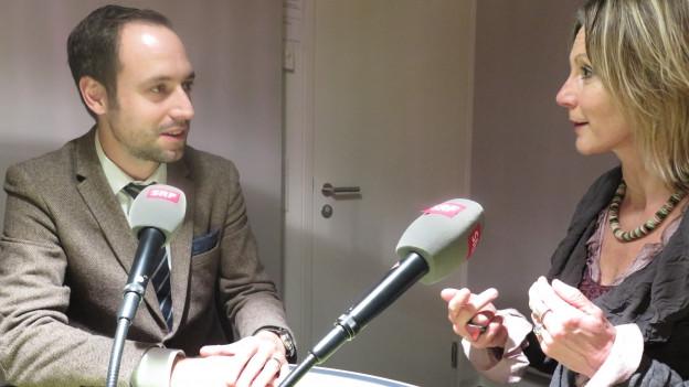 Das Bild zeigt Christian Wasserfallen von der FDP und Maya Graf von den Grünen im SRF-Studio, wo sie über die Verlängerung des Gentech-Moratoriums diskutierten.