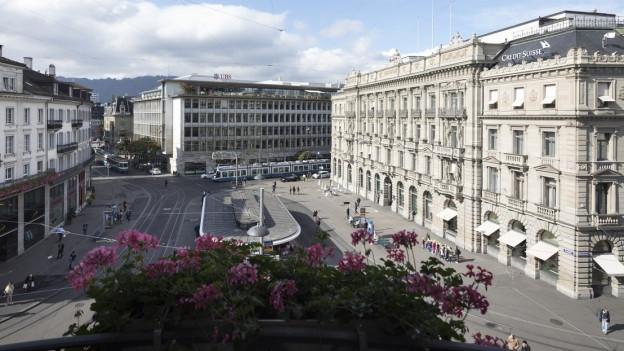 Der Blick auf den Zürcher Paradeplatz mit UBS und Credit Suisse.