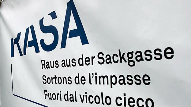 Auf einem weissen Transparent steht in blauen Buchstaben: «RASA - Raus aus der Sackgasse».