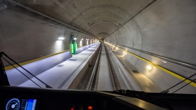 Blick in den Gotthatrd-Basistunnel aus dem Fuehrerstand der Lokomotive.
