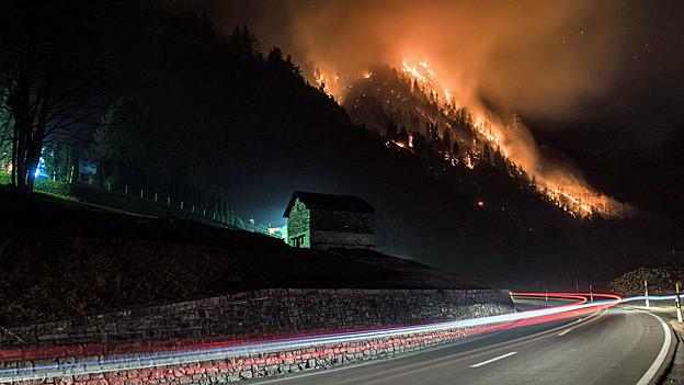 Das Feuer am Berghang zwischen Mesocco und Soazza.