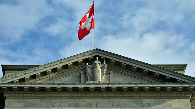 Auf dem Dach des Bundesgerichts in Lausanne weht eine Schweizer Fahne.