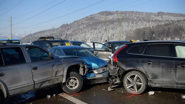Blick auf stehende Fahrzeuge nach einer Massenkarambolage auf der Autobahn A3, am 6. Januar 2016, zwischen Reichenburg und Bilten.
