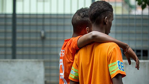 Zwei junge Asylsuchende im Empfangszentrum in Chiasso.