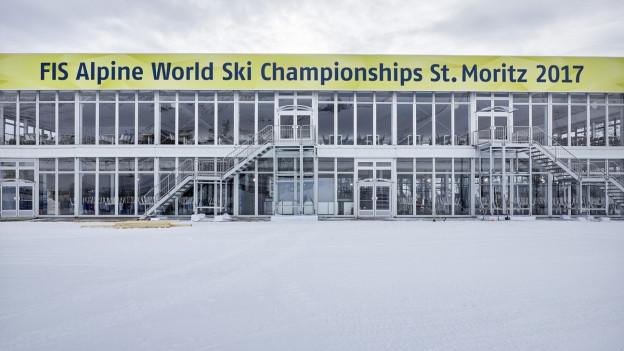 Gebäude mit grossem Banner zur Ski-WM.