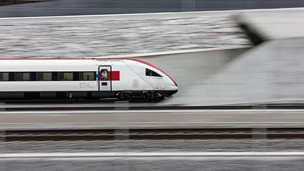 Ein SBB-Zug fährt in das Nordportal des Gotthard-Basistunnels.