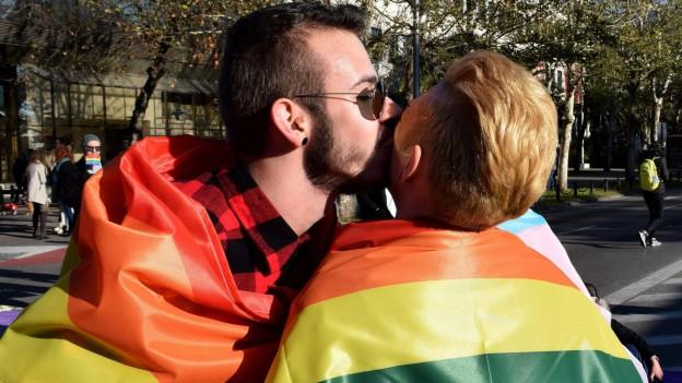 Über die Hotline wurden bisher 100 Übergriffe auf Lesben, Schwule, Bisexuelle oder Transmenschen registriert.