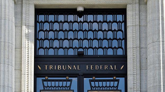 Blick auf den Eingang ins Bundesgericht.