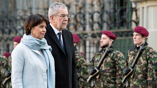 Bundespräsidentin Doris Leuthard und der österreichische Präsident Alexander Van der Bellen passieren die militärische Ehrengarde auf dem Berner Münsterplatz.