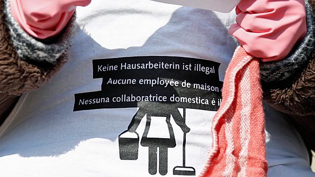 «Keine Hausarbeit ist illegal» steht auf einem T-Shirt.