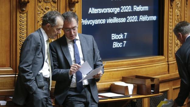 Tim Guldimann von der SP diskutiert mit SVP-Nationalrat Roland Buechel während der Debatte um die Altersvorsorge 2020 in der Herbstsession.