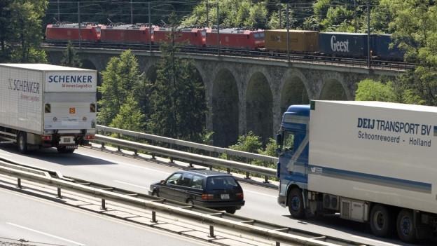 Lastwagen auf der A2 am Gotthard
