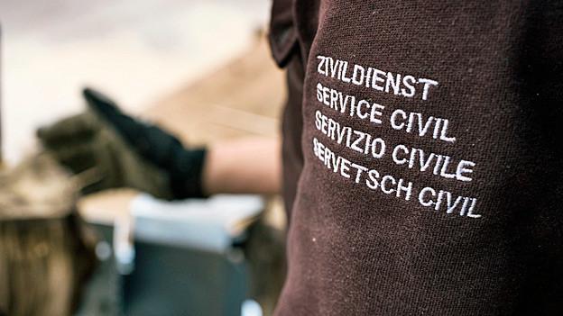 Zivildienst, Service Civil, Servizio Civile, Servetsch Civil - steht auf dem Pulli eines «Zivis».