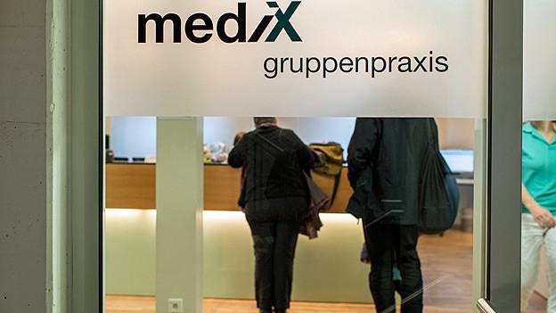 «Medix Gruppenpraxis» steht auf einer Glastüre.