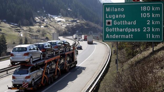Lastwagen auf der Autobahn in richtung Süden.