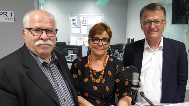 Die Gäste stehen im Studio von SRF4News
