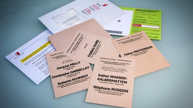 Wahlmaterial für die Gross- und Staatsratswahlen im Wallis sind auf einem Pult ausgebreitet.