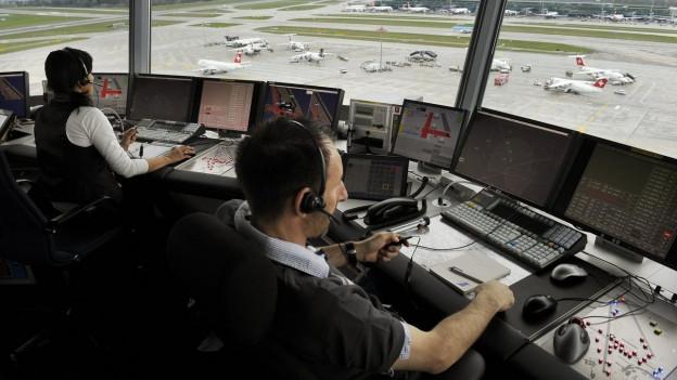 Skyguide Fluglotsen gehen ihrer Arbeit nach im Tower des Flughafens Zürich.