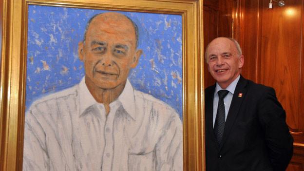 Bundesrat Ueli Maurer vor seinem gemalten Portrait.