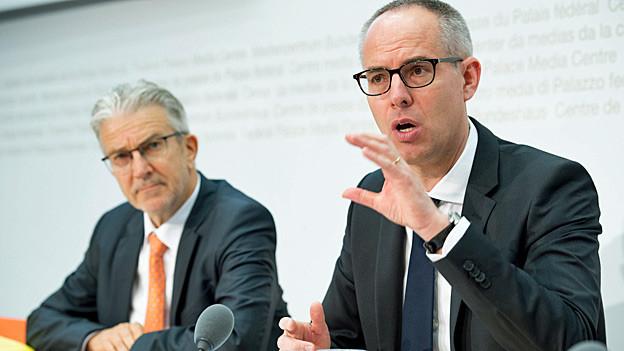 WEKO-Diriektor Rafael Corazza und WEKO-Präsident Vincent Martenet an der Jahres-Medienkonferenz der Wettbewerbskommission.