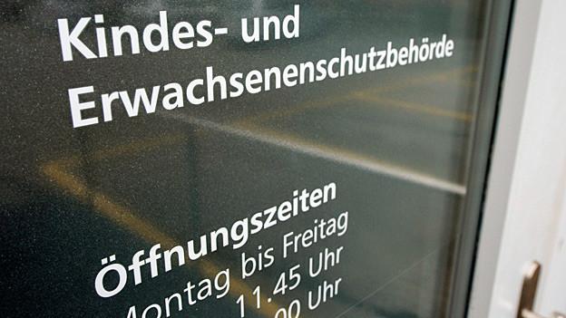 «Kindes- und Erwachsenenschutzbehörde» steht auf einer Glastüre.