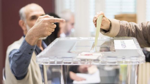 Türken in der Schweiz bei der Referendums-Abstimmung im türkischen Konsulat in Zürich.