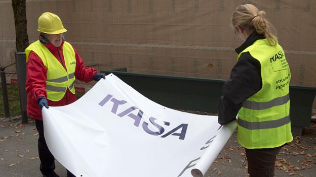 Aktivistinnen des Komitees «Raus aus der Sackgasse» in Bern bei der Abgabe der Unterschriften zur Initiative.