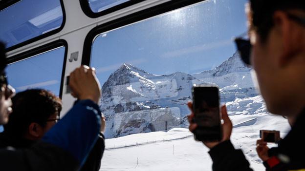 Die Wirtschaftskrise - verschärft durch die Frankenstärke - war mit ein Grund für den tieferen Mehrwertsteuersatz. Chinesische Touristen auf der Kleinen Scheidegg.