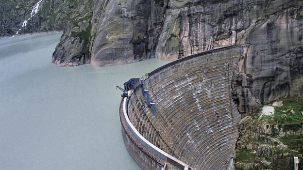 Die Bogenstaumauer des Grimselsees, mit dem das Kraftwerk Oberhasli KWO betrieben wird.